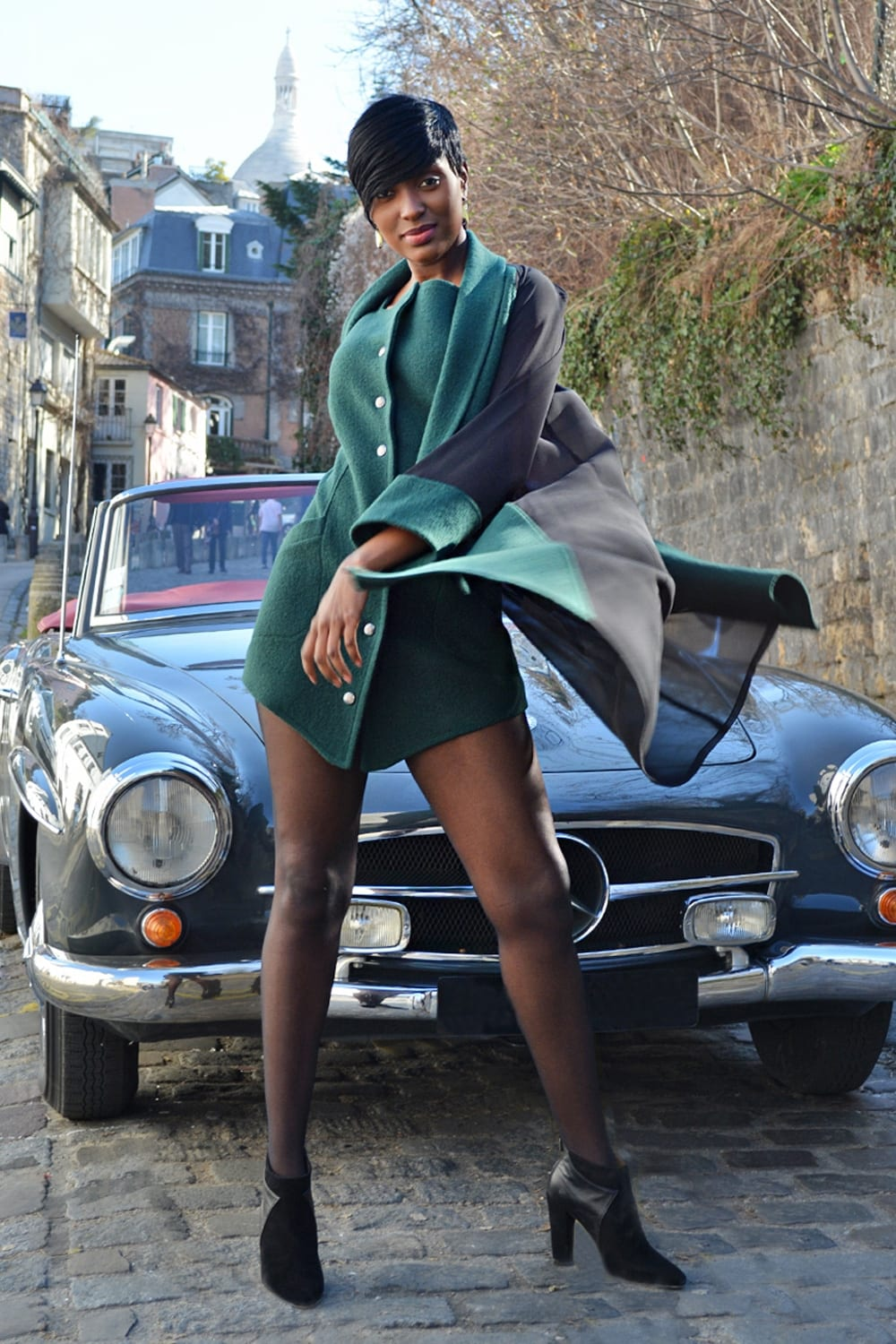 Dress coat in green wool with eight snaps signed by ES. Wool coat with transparent sleeves and back. Erik Schaix fashion stylist Paris.