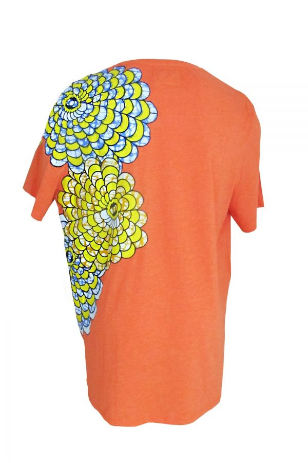 Classic round neck orange t-shirt with Vlisco super wax loincloth inlays. Original and comfortable, this t-shirt will be the fashion piece of your wardrobe.