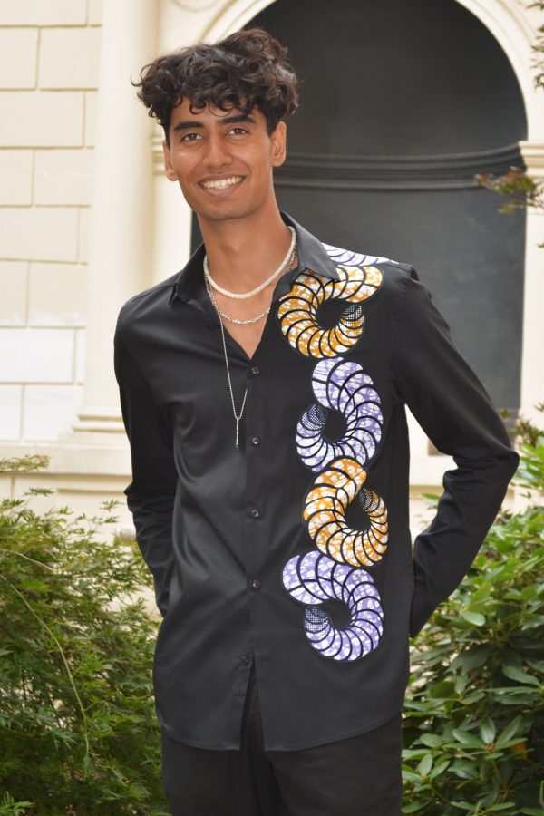 Black shirt for men with super wax Vlisco inlay. Elegant and trendy, this stretch poplin shirt will be the casual chic piece of your wardrobe.