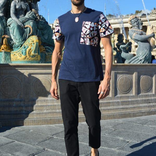 T-shirt grande poche wax col rond classique avec manches en pagne. Original et confortable, ce t-shirt sera la pièce fashion de votre vestiaire.