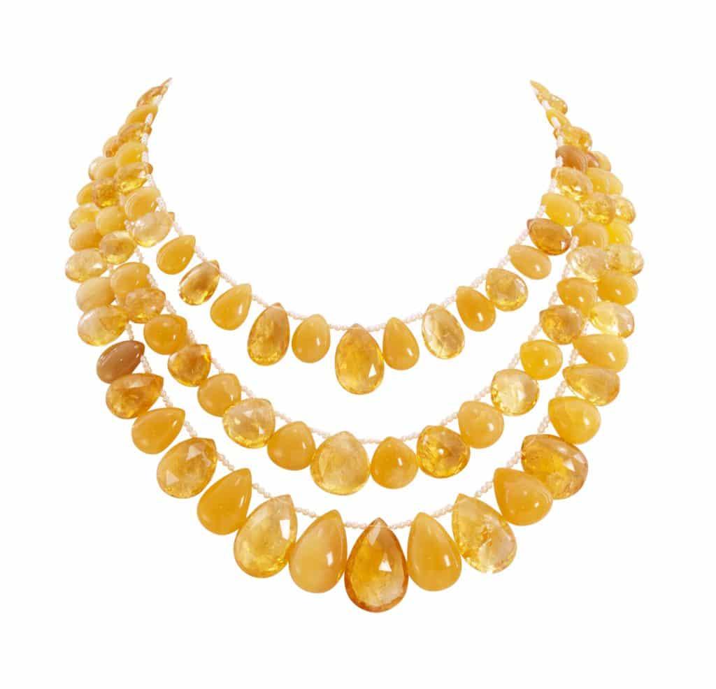 Collier trois rangs dégradés de gouttes de citrine et de poires d'opale jaune entrecoupées de perles de rivières , fermoir en or jaune