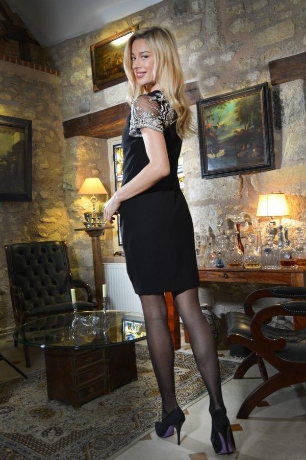 Robe de cocktail drapée en crêpe noire et manches en dentelle brodée asymétriques.