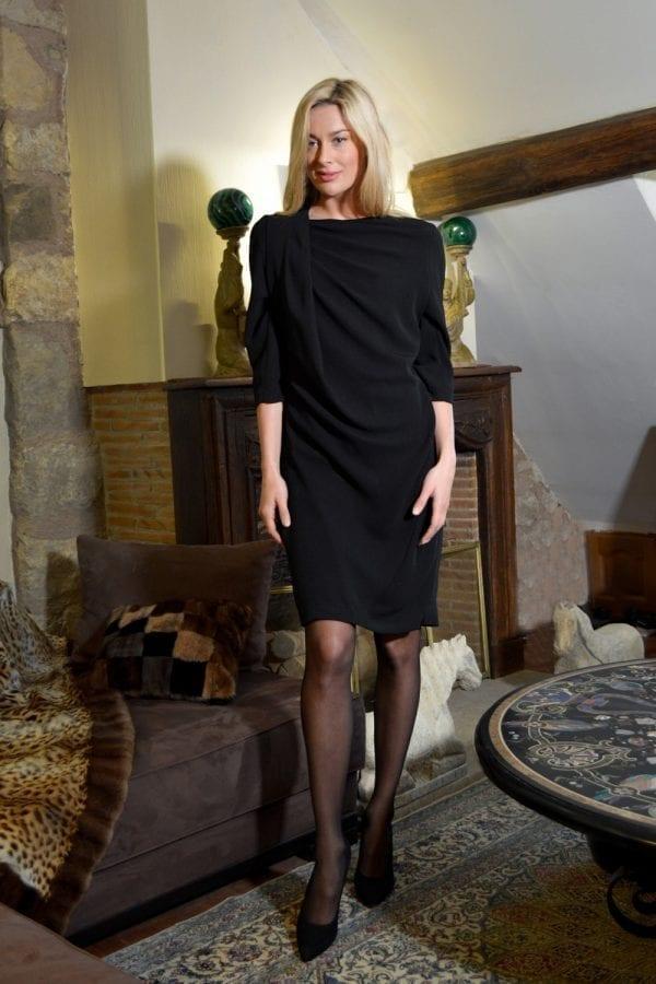 Robe noire coupe droite, manches 3/4. Subtile drapé asymétriquesur l'épaule droite et fermeture zip dos. Lapetite robe noire est la pièce chic et intemporelle indispensabledans sagarde-robe. Une pièce iconique à porterde jour comme de nuit.