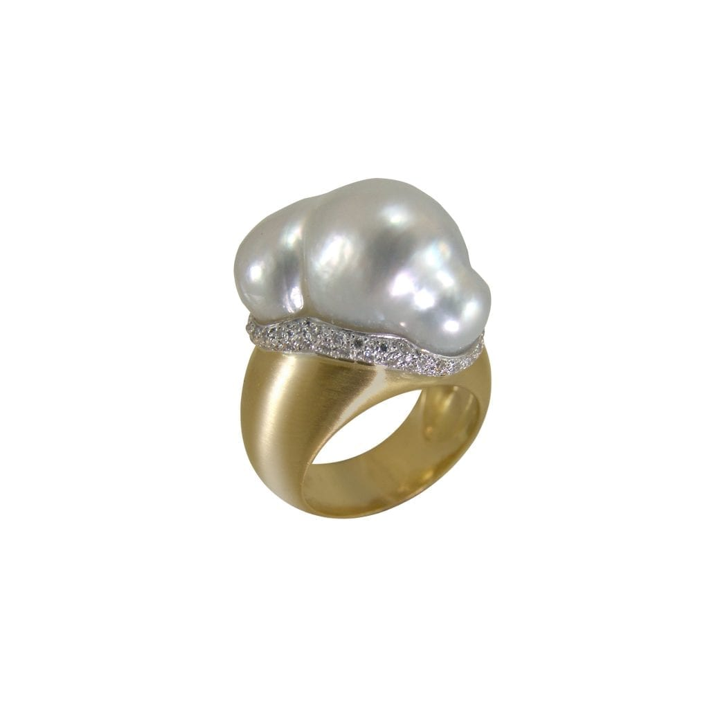 Bague Perle south sea baroque entourage en or blanc et diamants, monture en or jaune 18 carats.
