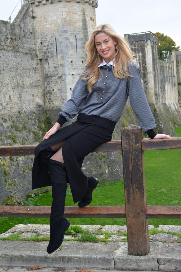 Ensemble composé d'une jupe droite en crêpe longuement fendue sur la jambe accompagnée d'un chemisier blouson à rayures avec un col blanc et des poignées en tricot.