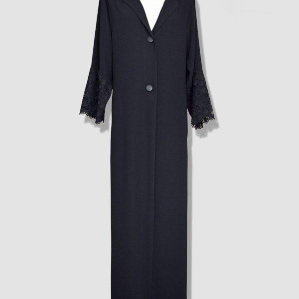 Abaya en guipure noire et crêpe accompagnée d'une capuche. Article produit à l'unité dans notre atelier de mode situé Place de la Concorde Paris 1er.