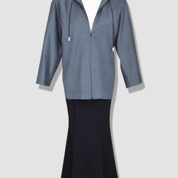 Style streetwear chic femme composé d'une jupe évasée noire et d'une tunique à capuche. Pièces produites à l'unité dans notre atelier parisien.