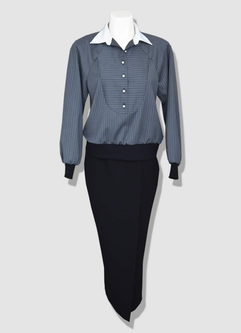 Straight crepe skirt with a long slit on the leg. Striped blouse with a white collar and knit handles.