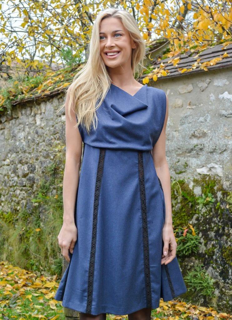 Robe bleue avec col bénitier réalisée dans notre Maison de couture parisienne.