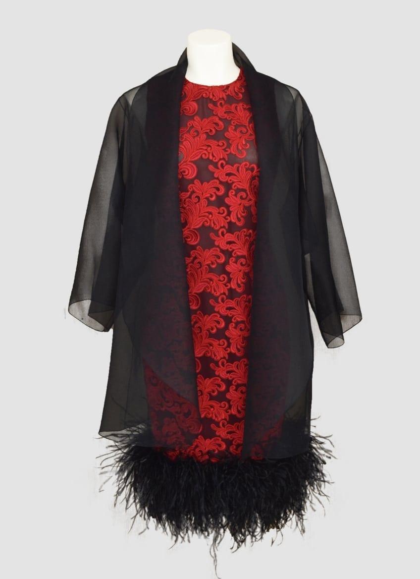 Robe en dentelle rouge rebordée et plume avec veste en organza noire. Collection glamour.