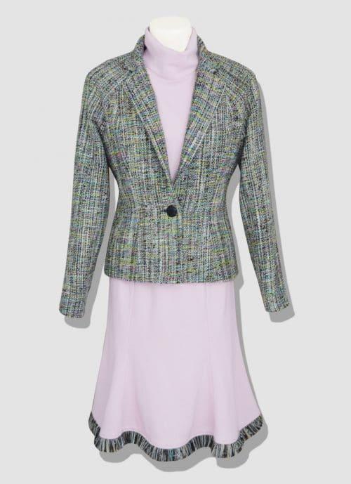 Ensemble tweed rose. Découvrez notre collection de prêt-à-porter femme. Des pièces en tweed élégantes et modernes réalisées dans notre atelier parisien.
