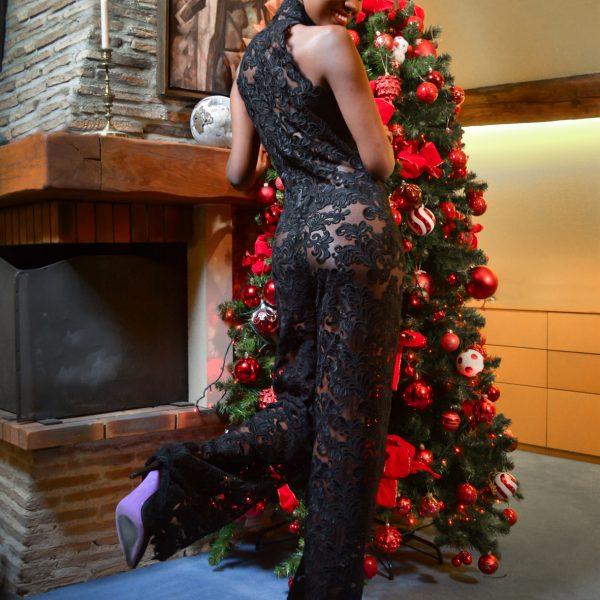 Combinaison dentelle noire et veste en organza. Une tenue de fête délicate, tout en transparence pour un effet glamour assurée. Maison de Couture Paris.