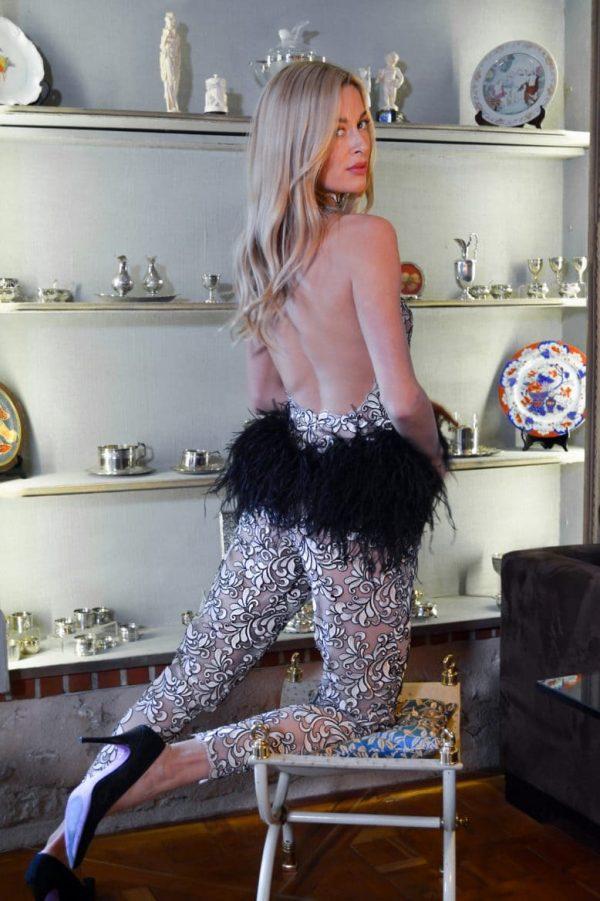 Combinaison pantalon dentelle rose poudrée signée par le stylist parisien Erik Schaix.