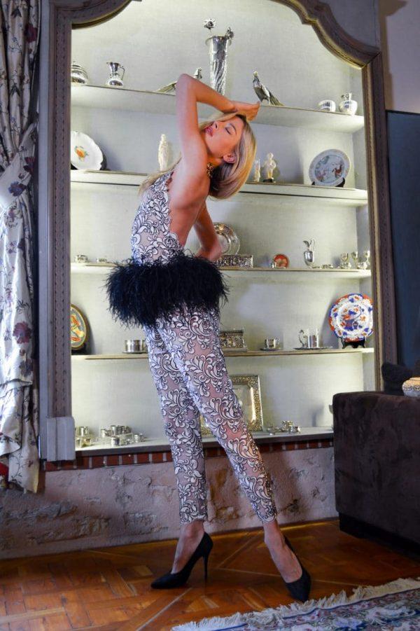 Combinaison pantalon dentelle rose. Erik Schaix vous invite à découvrir ses merveilleuses créations pour femme réalisées dans son atelier de mode à Paris.