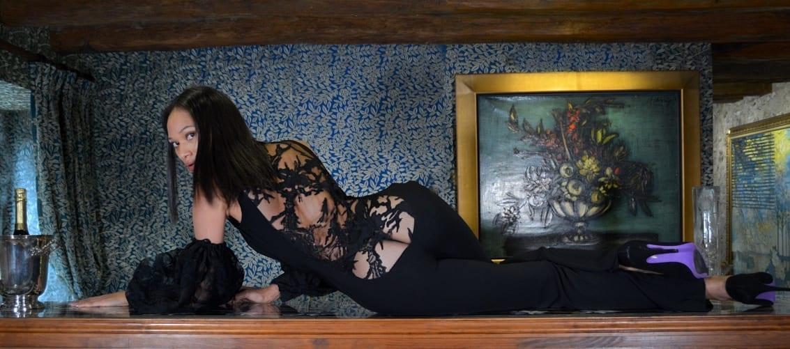 Combinaison glamour en dentelle noire acec décolleté plongeant dans le dos. Erik Schaix créateur de mode parisien.