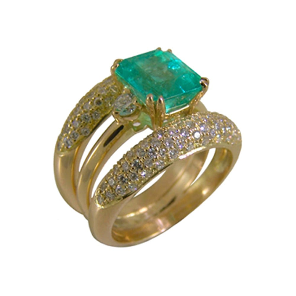 Square cut emerald ring mounted on 2 rods in 18 carat yellow gold and diamonds.