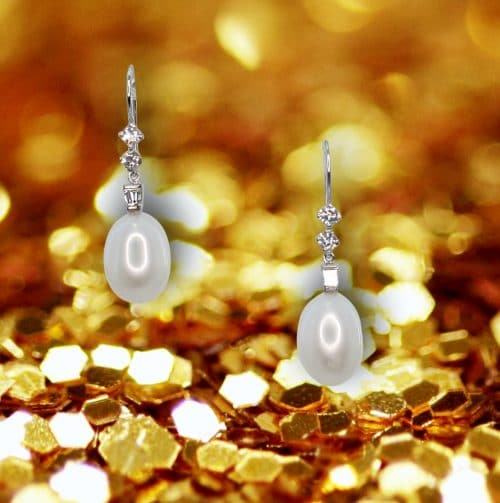 Earrings made of pearls, round diamonds and trapezoid diamonds mounted on 18k yellow gold.