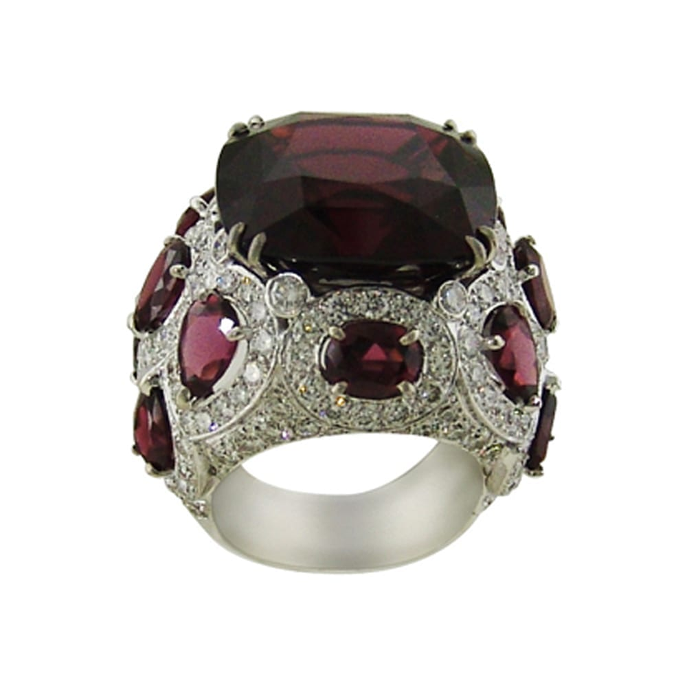Ring made of a beautiful central garnet, diamonds and 18k white gold.