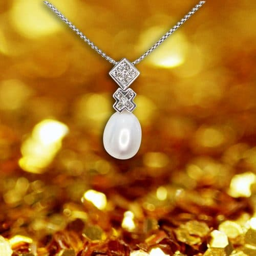 Necklace made of white pearl, princess diamond, square diamond and 18K yellow gold.