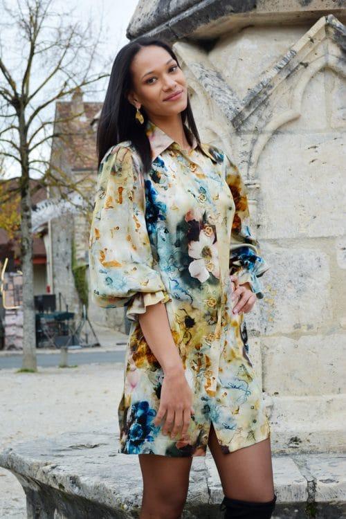 Robe en soie paris. Robe découpe chemise en soie imprimée avec col cheminé. Collection prêt-à-porter hiver 2019 par le Couturier parisien Erik Schaix.