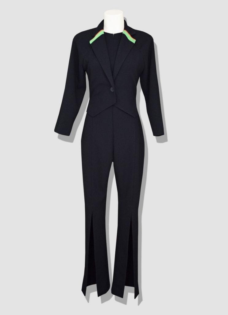 Tailleur femme en laine noire avec fines bandes fluos pour une touche moderne et originale. Découvrez notre collection de tailleurs réalisés à Paris.