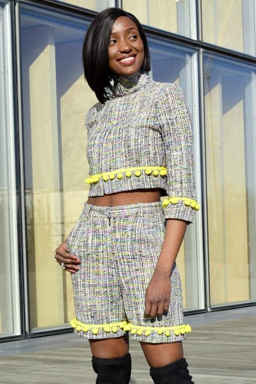 Tailleur femme moderne en tweed coloré. Découvrez notre Collection prêt-à-porter Hiver. Des ensembles chic et tendances réalisés dans notre atelier à Paris.
