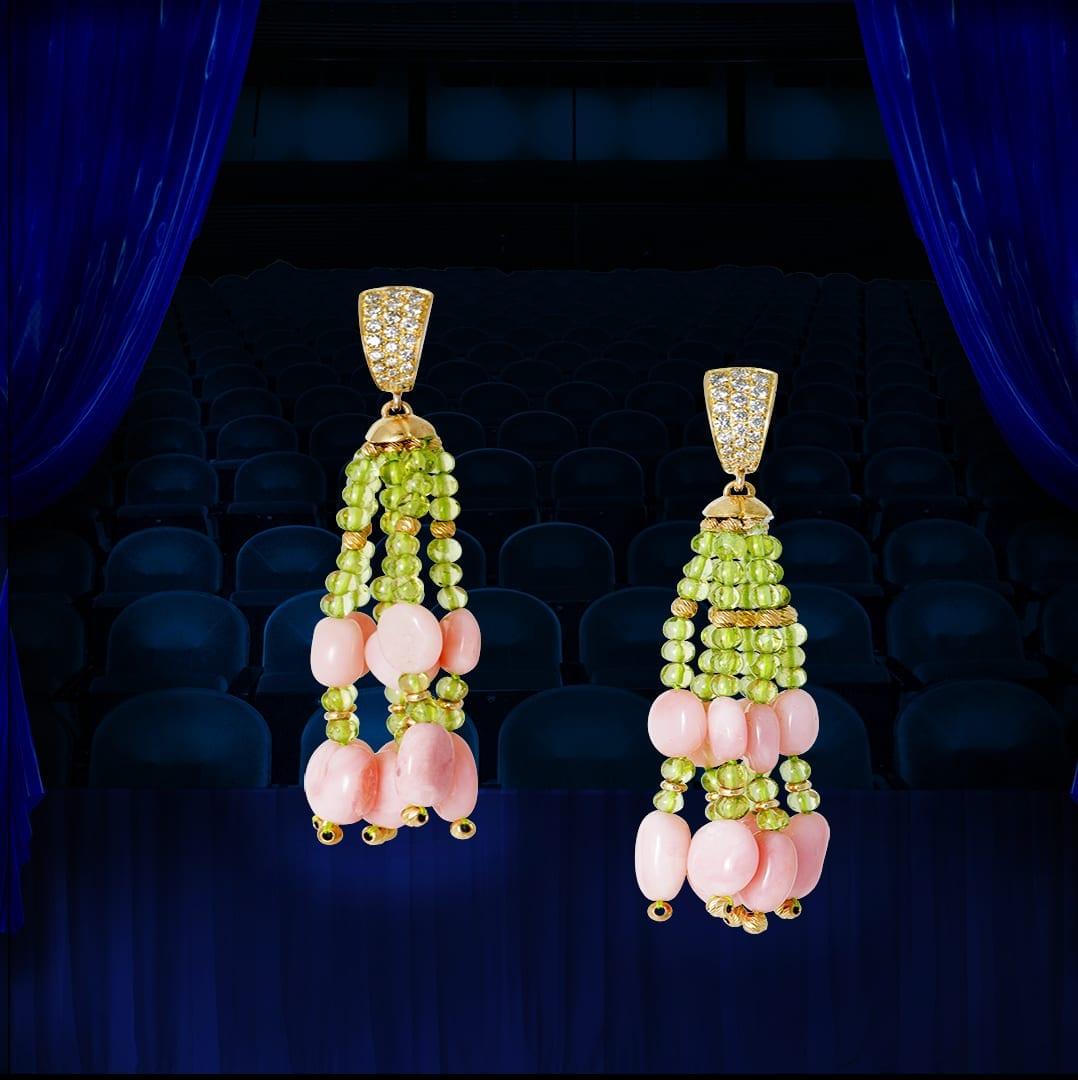 Pompon opales roses boules de péridots entrecoupées de boules d'or jaune facetté motif d'oreille en or jaune serti de diamants