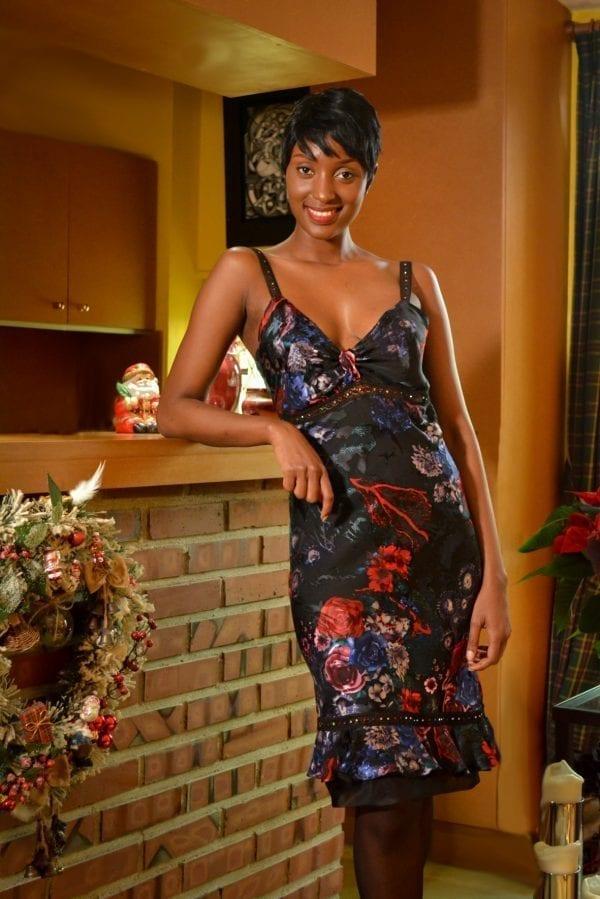 Robe en soie fleurie et bretelles en strass multicolores. Optez pour un look chic et glamour avec la collection Erik Schaix Paris.