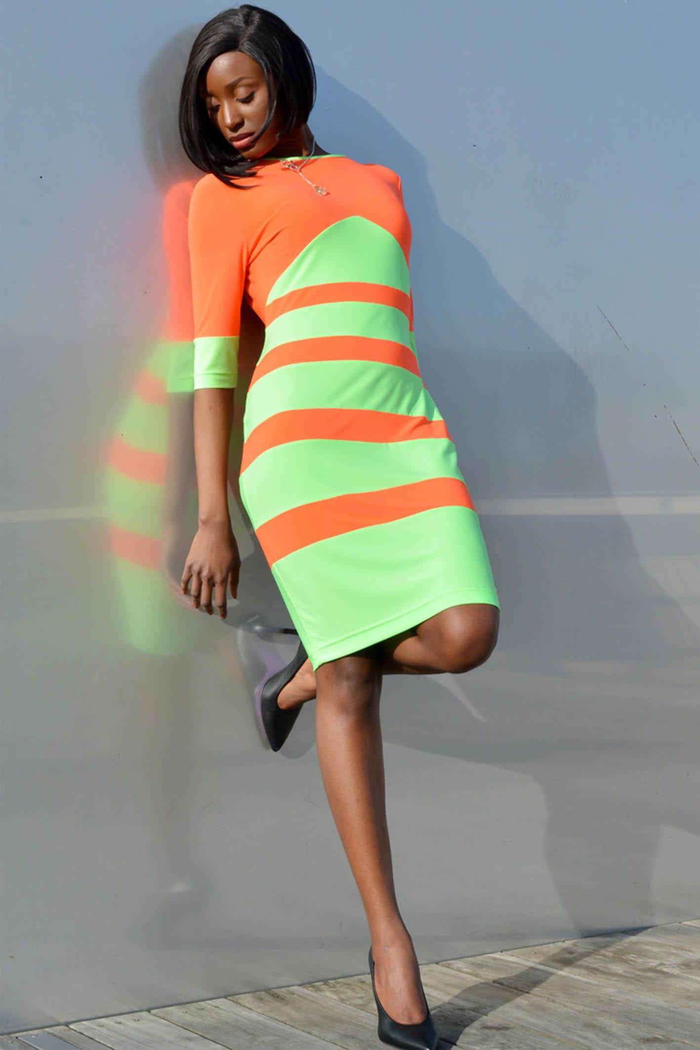 Robe fluo femme chic. Robe vert et orange fluo moulante avec manches 3/4. Pièce produite à l'unité dans notre atelier parisien.