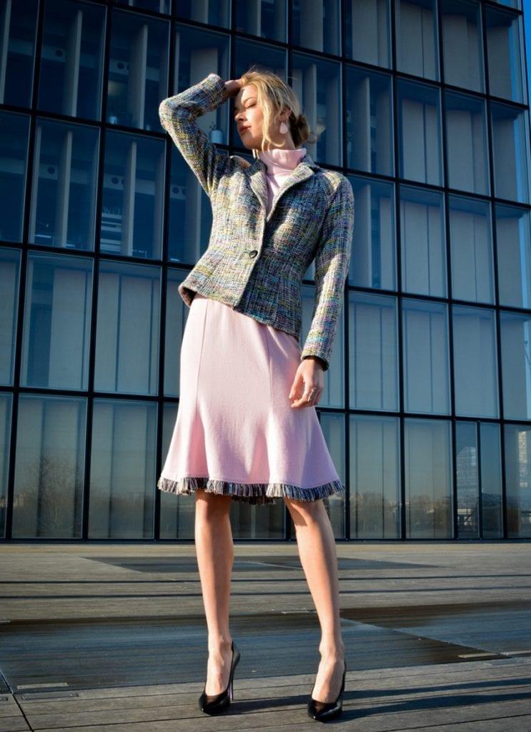 Ensemble en tweed rose composé d'une jupe et d'une veste de tailleur. Collection prêt-à-porter femme Paris.